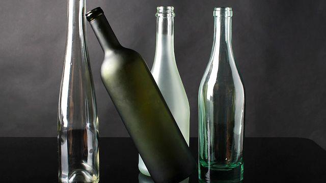 Cómo lavar y fregar botellas y pajitas reutilizables
